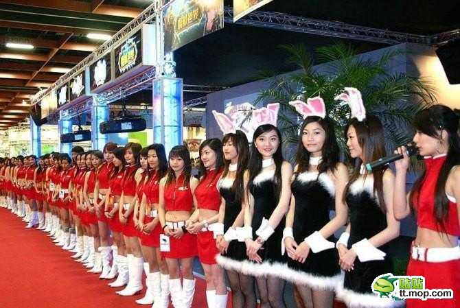 Des Hotesses dans un cybercafé en Chine