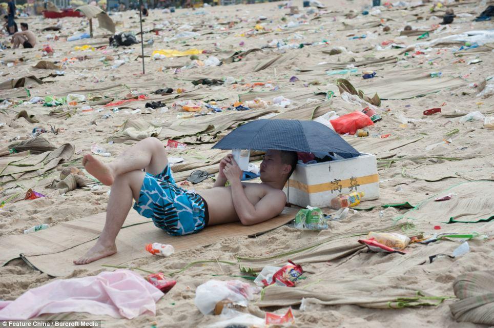 De l'eau de mer dans les déchets sur les plages de Chine.