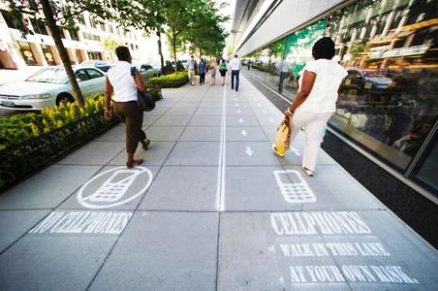 Un trottoir dédié aux utilisateurs de mobiles en Chine